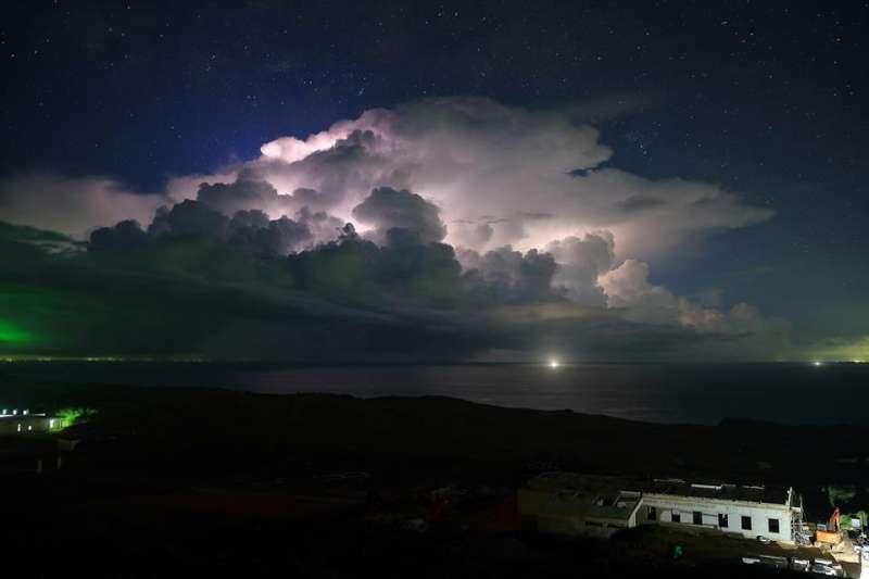 中央氣象局員工傅譯鋒所拍攝的彭佳嶼夜空,入圍WMO年曆候選名單,氣象局呼籲網友幫忙按讚。(取自氣象局臉書)