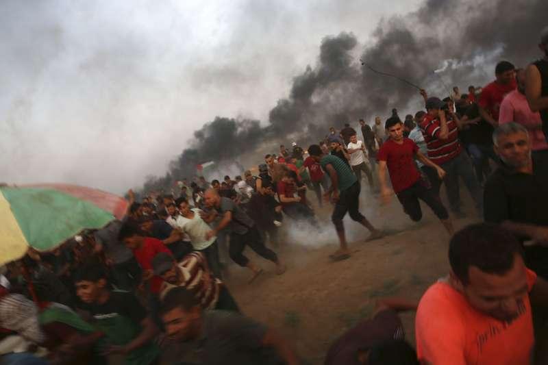 2018年8月31日,巴勒斯坦抗議的加薩市民躲避以色列軍方的催淚瓦斯。(AP)
