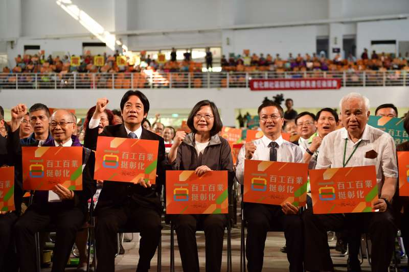 暴雨一退,蔡英文總統就忙不迭地趁周末在中台灣輔選。圖蔡英文為彰化黨籍縣長魏明谷站台,行政院長賴清德也到場。(民進黨中央提供)