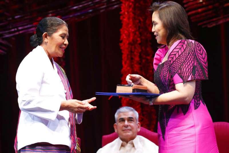 2018年麥格塞塞獎得主:來自東帝汶的克魯斯(左,Maria de Lourdes Martins Cruz)。(AP)