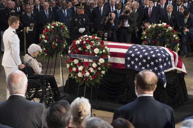 2018年8月31日,已故美國共和黨聯邦參議員馬侃(John McCain)的靈柩,停靈在國會山莊的圓頂大廳,讓各界悼念致敬(AP)