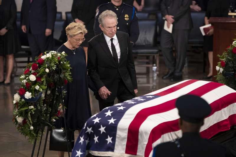 2018年8月31日,已故美國共和黨聯邦參議員馬侃(John McCain)的靈柩,停靈在國會山莊的圓頂大廳,讓民眾悼念致敬(AP)