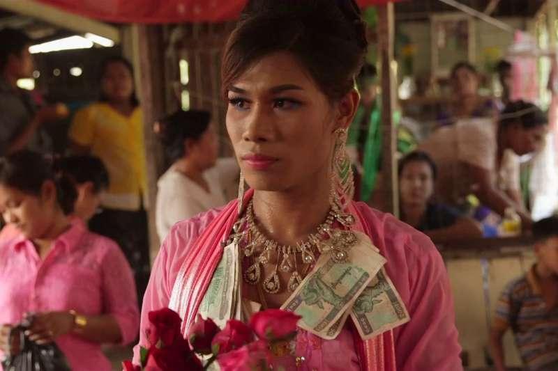 緬甸LGBT族群在唐邦鎮神靈節慶典中毫無拘束,通靈的「神妻」還是跨性別人士(翻攝網路)