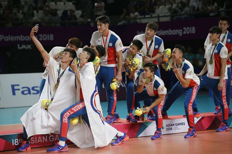 2018雅加達-巨港亞運今天正式劃下句點,中華亞運代表團今年共包攬17金、19銀、31銅,在45個參賽國中排名第7。圖為中華男排睽違20年再度在亞運獲得獎牌,這塊銅牌振奮了台灣排球界。(美聯社)