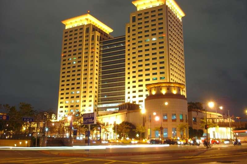 行政院金融監督管理委員會所在地:板橋車站大樓。(取自wikipedia/公有領域)