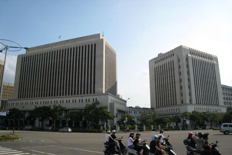 「建議中央銀行應該進行一次徹底、針對股匯雙市與所有金融機構的「金融漢光演習」,模擬人民幣劇烈震盪或是全球股市出現突發性的衝擊時,台灣的金融業與股匯市能夠承受的風險⋯⋯」(資料照,取自Jiang@wikipedia/公有領域)