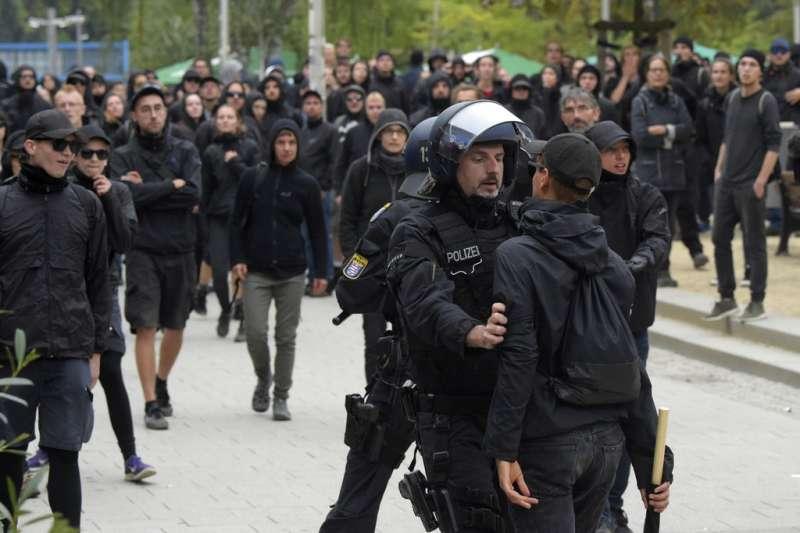 德國警方1日嚴陣以待,在肯尼茲當街逮捕鬧事群眾。(美聯社)