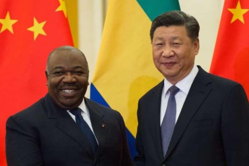 峰會前,習近平與加彭總統邦戈(左)等非洲國家領導人逐一會晤。(BBC中文網)