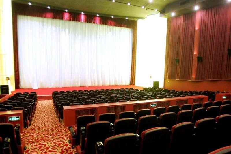 影院空無一人卻又「一票難求」,揭開中國電影業票房灌水的真相。(BBC中文網)