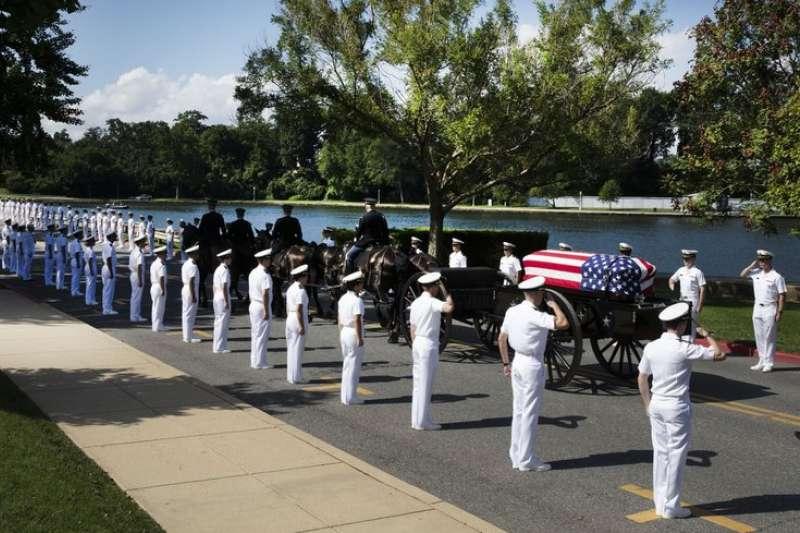 馬侃在海軍官校的私人葬禮上,數百名在校生夾道致哀。(AP)