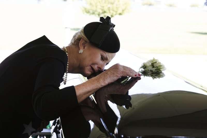 馬侃遺孀辛蒂(Cindy McCain)輕撫棺木,送摯愛最後一程。(AP)