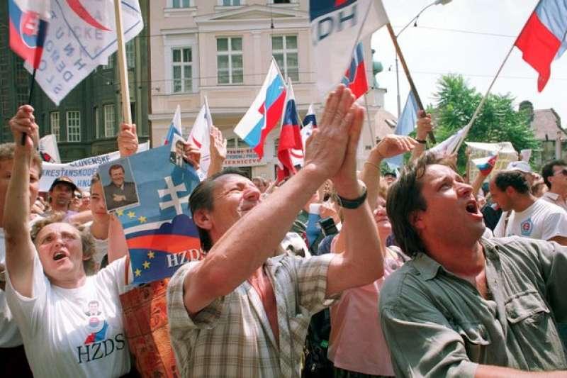 1992年,斯洛伐克議會發表獨立宣言,斯洛伐克民眾歡聲雷動(AP)