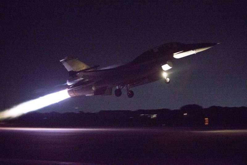 F-16施放熱焰彈歡迎亞運英雄返台,是國內首次嘗試。圖為F-16升空迎接選手。(軍聞社提供)