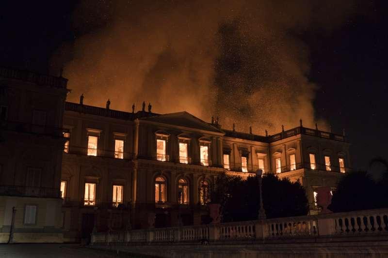 擁有兩百年歷史的巴西國家博物館慘遭祝融,珍稀藏品恐怕化做灰燼。(美聯社)
