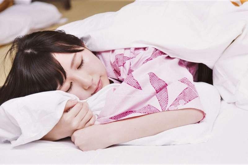 現代人工作忙碌,常常一到周末就需要長時間補眠。但如果睡太多,可能不一定是因為單純疲勞,可能是因為心理生病了。(圖/pakutaso)