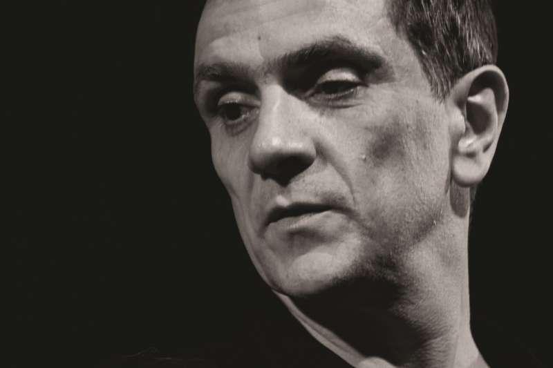 法國導演羅蘭•奧澤(Roland Auzet)將法國戈爾德思(Bernard-Marie Koltès)劇作《在棉花田的孤寂》In The Solitude of Cotton Fields搬上戶外廣場。(圖/兩廳院提供)