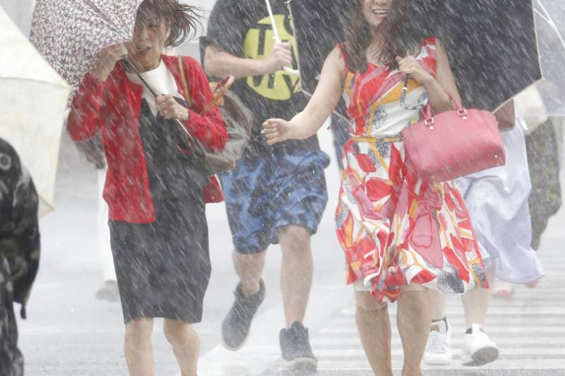 專櫃銷售人員工會強調,颱風假實應正名為「防災假」,目的是為了保護自己和家人的生命安全,避免勞工在狂風暴雨中出勤路上發生意外,導致傷亡。(資料照,取自美聯社)