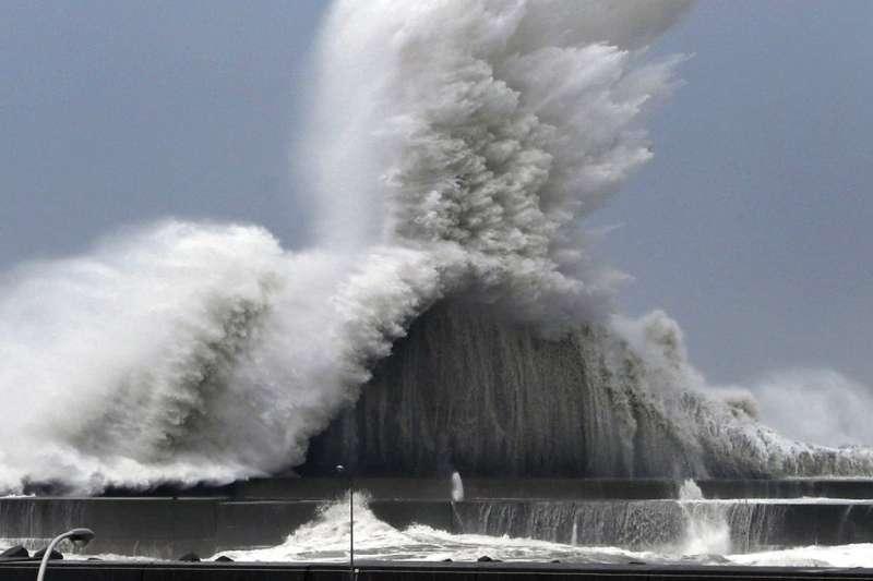今年太平洋高壓勢力偏北, 生成的颱風因此往日、韓方向移動。21號颱風燕子重創日本,被日本氣象廳譽為25年來最強颱風。圖為日本高知縣海邊出現大浪。(資料照,美聯社)