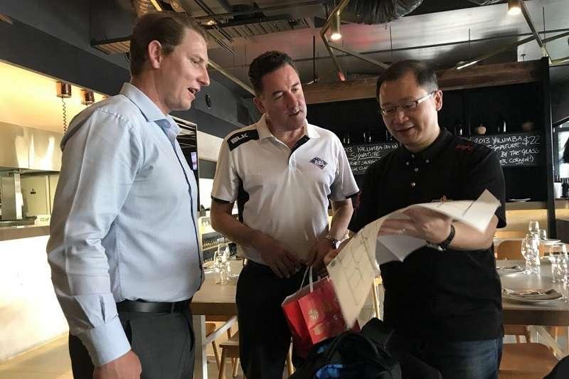 澳洲職棒聯盟執行長維爾(Cam Vale)今天拜會中華職棒,正式遞交加入中華職棒企畫書。圖為中職會長吳志揚抵達澳洲與澳職官方交流。 (圖/中華職棒提供)