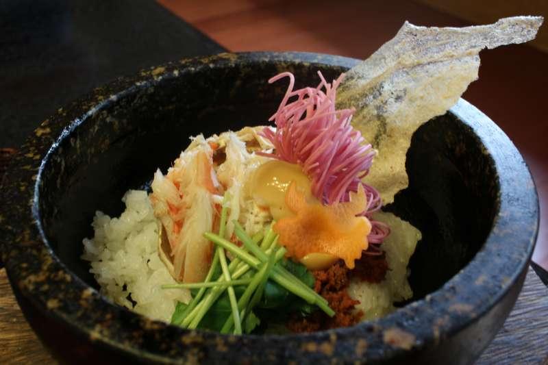 涼涼的天最需要美食來溫暖身心,日本加賀溫泉鄉推出的超強美食「加賀螃蟹飯」,完全是視覺與味覺的極致饗宴。高貴不貴的價格,卻有一滿碗螃蟹飯、5道精美小菜、湯和甜點,專程跑去吃一趟都很值得。(圖/時報出版提供)