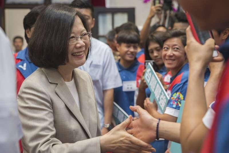 總統蔡英文4日上午在總統府接見亞運代表團,並宣示雅加達亞運是基本門檻,現在就要開始為東京奧運準備,提供比這次更好的後勤支援。(取自總統府Flickr)
