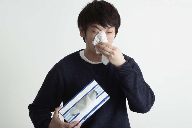 在中醫眼中,打噴嚏和流鼻水都是自我防禦機制,當外邪入侵呼吸道時,體內的正面能量(陽氣)會挺身與之對抗,試著將外邪趕出家門。(示意圖非本人/pakutaso)