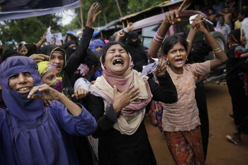 2017年緬甸若開邦北部衝突滿一周年,孟加拉難民營中的羅興亞婦女抗議緬甸政府暴行。(美聯社)
