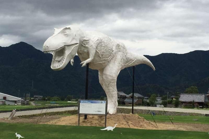 日本福井縣立恐龍博物館世界前三大,隨處可見的大型恐龍和化石,加上館內超強的聲光效果,連不是恐龍迷都能玩得很開心!(圖/時報出版提供)