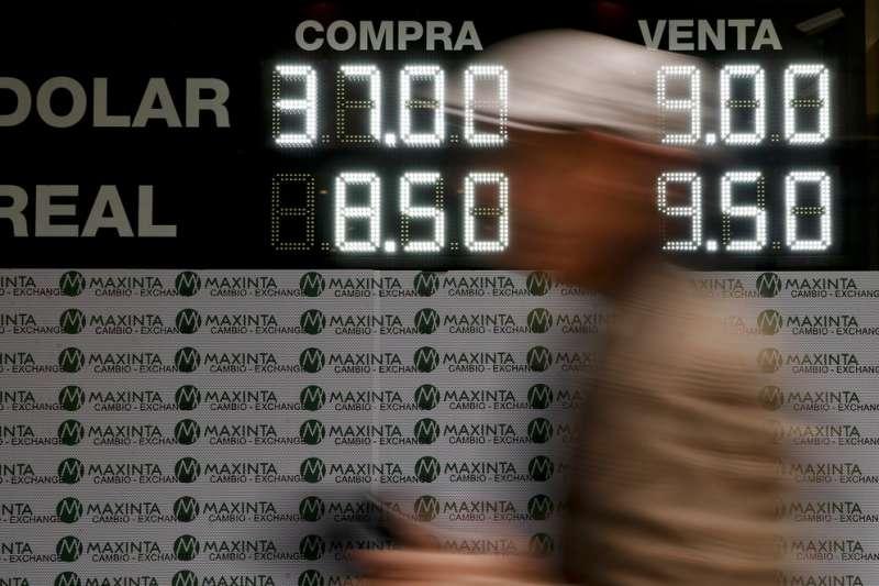 阿根廷披索今年以來跌跌不休,至少已跌掉50%的幣值。(美聯社)