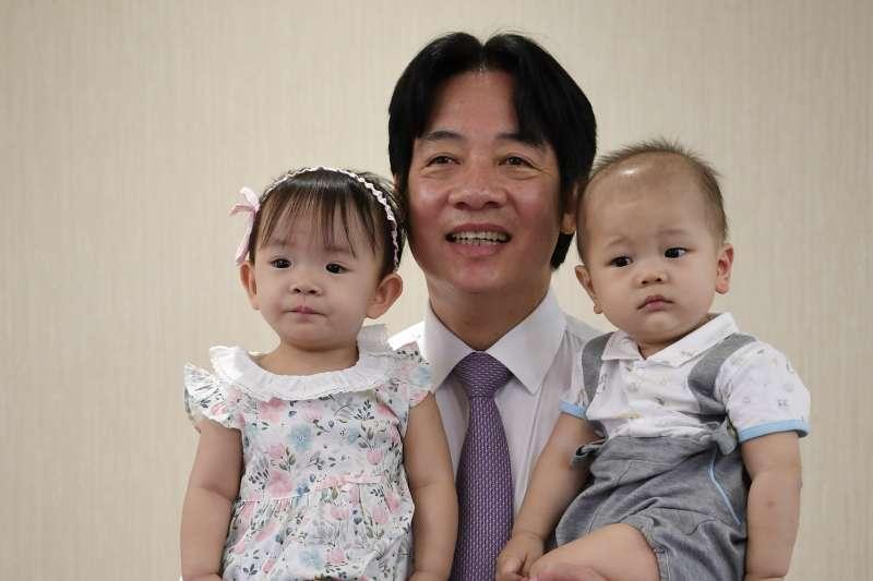 行政院長賴清德宣布準公托上路。圖為賴清德接受《媽媽寶寶》雜誌專訪。(行政院提供)