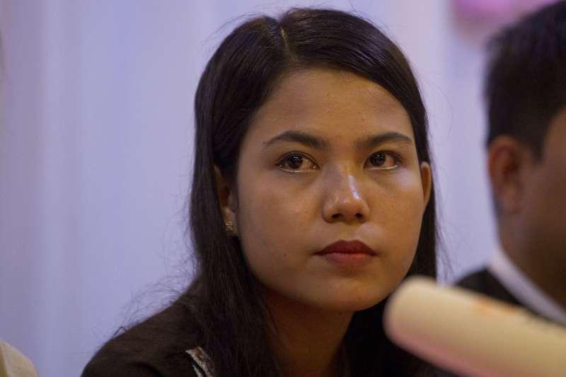 2018年9月4日,遭緬甸法院判處7年徒刑的《路透》記者吳覺梭之妻齊淑雯(Chit Su Win),召開記者會力挺先生。(AP)