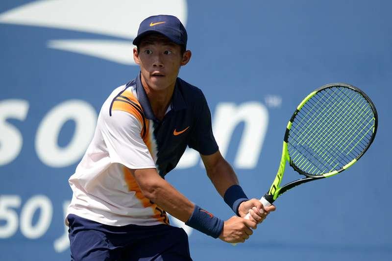 來自台灣,世界網球青少年單打好手曾俊欣,在美網青少年公開賽,先丟掉1盤之後連趕2盤,逆轉晉級16強。(圖取自美網官網)