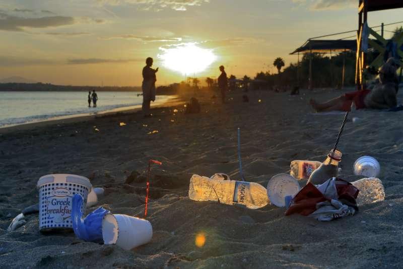 剛過去的暑假,旅客在希臘海灘上留下大量塑膠垃圾。(圖/*CUP提供)