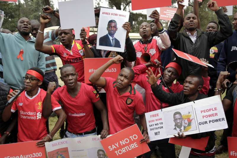 在東非烏干達,鮑比韋恩的支持者發起示威遊行,要求政府釋放他。(美聯社)