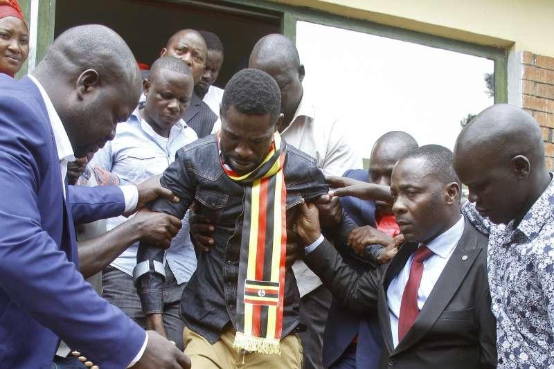 烏干達流行歌手轉戰國會議員的鮑比韋恩控訴自己遭到軍方毆打虐待。(美聯社)