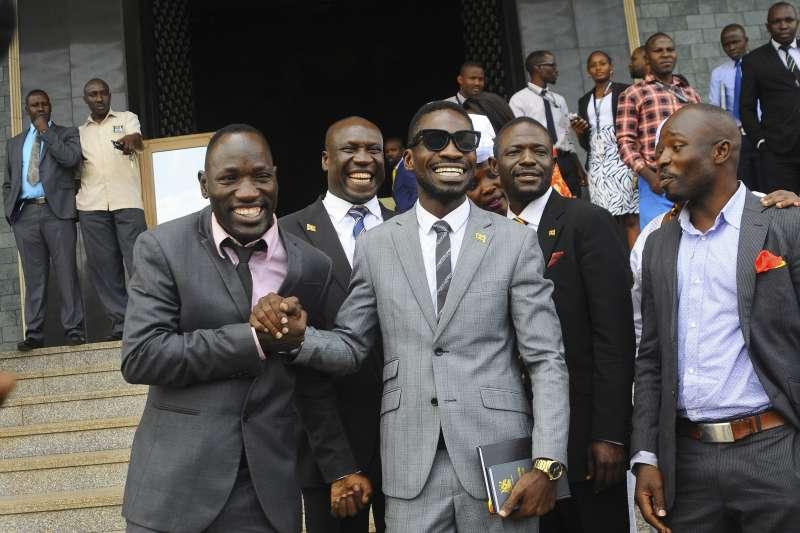 在東非烏干達,從流行歌手轉戰國會議員的鮑比韋恩受到年輕人的歡迎。(美聯社)
