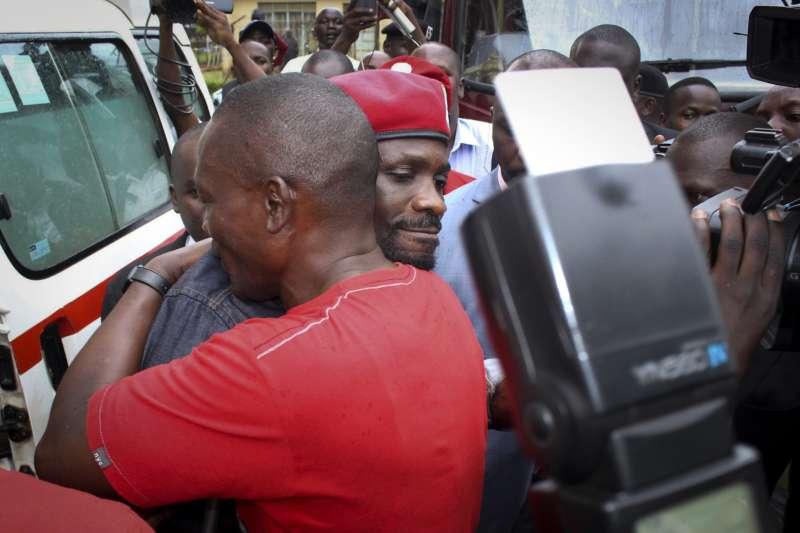 在東非烏干達,從流行歌手轉戰國會議員的鮑比韋恩在2017年的地方補選中勝出,被視為2021總統大選的熱門人選。(美聯社)