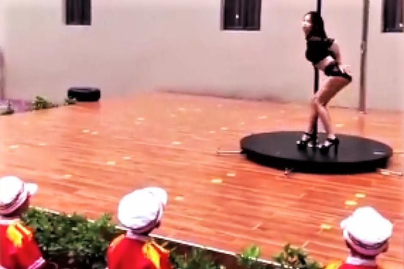 深圳一所幼兒園開學日竟請辣妹跳鋼管舞來炒熱氣氛,家長看了全都嚇壞,怒喊要幫孩子辦退學。園長卻忍不住為鋼管舞抱屈。(圖/截自微博)