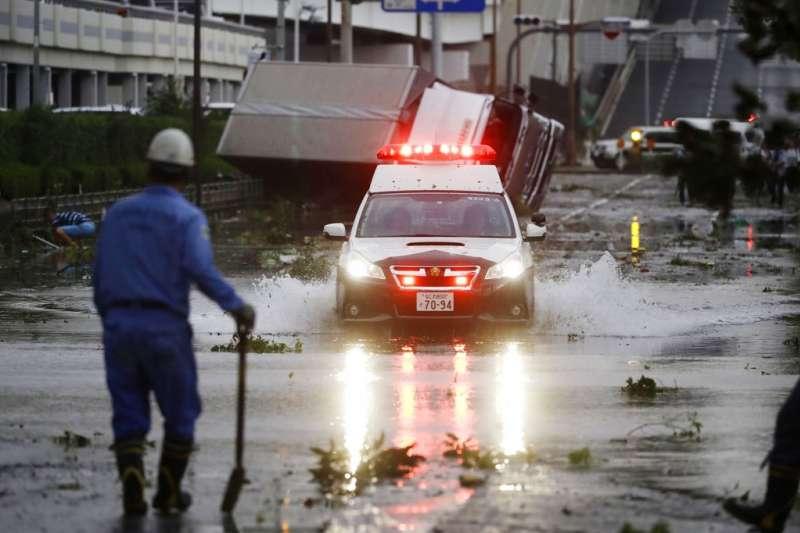 燕子颱風在日本造成嚴重災情,許多大阪街頭的車輛都被吹翻。(美聯社)