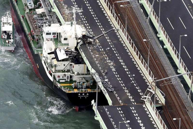 由於聯外橋樑被運油船撞壞,讓填海造就的關西機場頓時成了海上孤島。(美聯社)