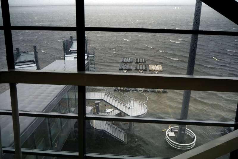 由於燕子颱風來襲、跑道被淹,關西機場的所有班機都被迫停飛。(美聯社)