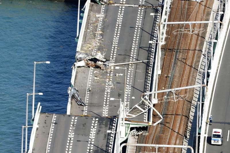 由於聯外橋樑受損,關西機場頓成海上孤島。(美聯社)
