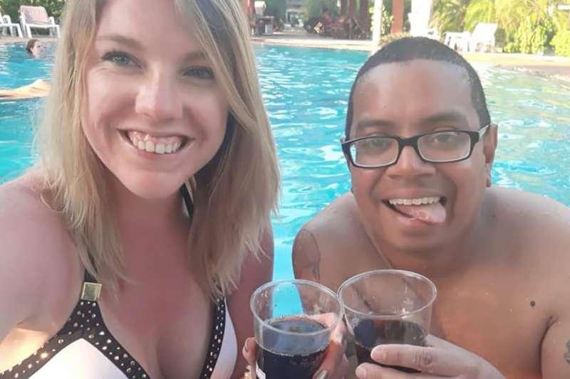 美籍遊客黎斯克與艾諾,相偕到峇里島遊玩,不料歷經生死大劫。(取自Facebook)