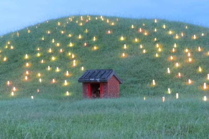 張文隆認為此藝術造景位於荒郊野外,外加墳墓連綿,看起來很像鬼火,實在不能稱為好造景。(翻攝張文隆臉書)