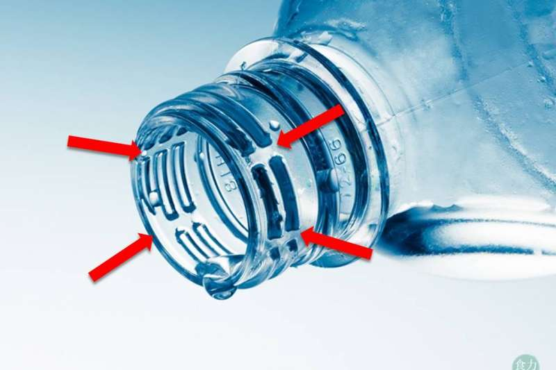 碳酸飲料瓶口上的螺旋紋路會有缺口的設計,是為了避免在開蓋的過程中,因瓶內壓力過大,造成瓶蓋失控向外噴出。(圖/食力foodNEXT提供)