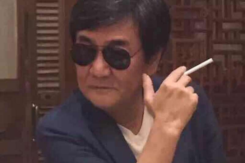 firstanming:初安民,抽菸。(取自初安民臉書)