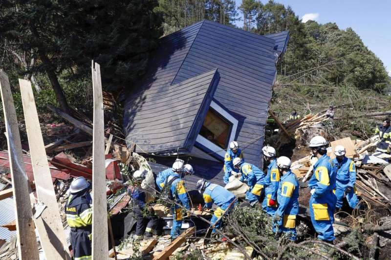 北海道厚真町是這次北海道強震後,土石流最嚴重的地區。(美聯社)