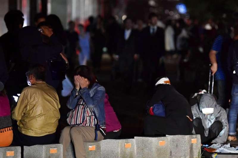 9月6日凌晨北海道(台灣時間2時08分)發生芮氏規模6.7的強烈地震,震央在札幌東南方112公里處,強震後札幌民眾在街頭聚集。(美聯社)