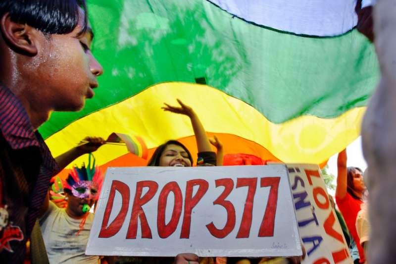 印度民眾上街要求廢除刑法第377條,該法禁止同志性行為,歧視LGBT族群。(美聯社)