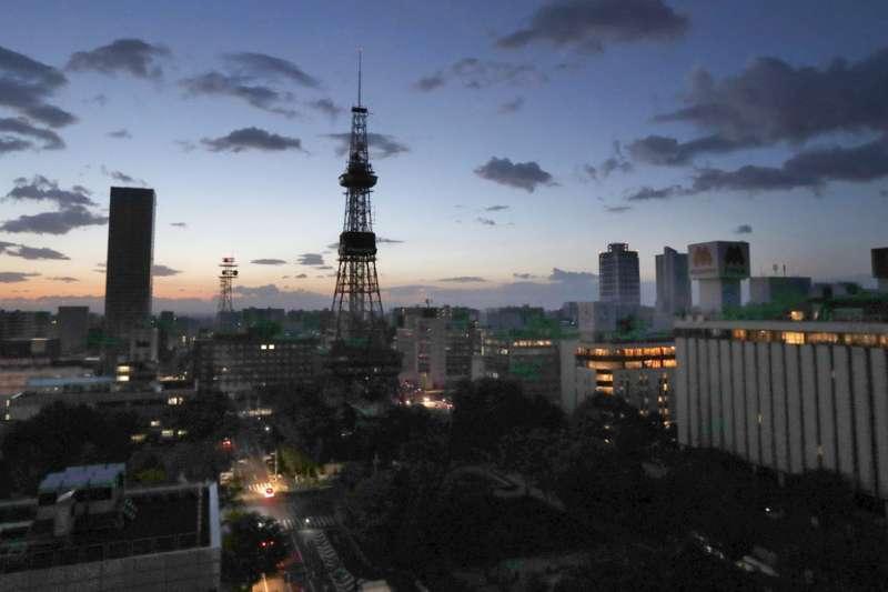 由於火力發電廠關閉,強震過後北海道已全域停電。(美聯社)